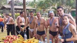 Obtendo as frutas no fim da prova. Notem o grande número de nadadores com trajes.