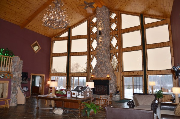 The cozy lobby at Crooked River Lodge