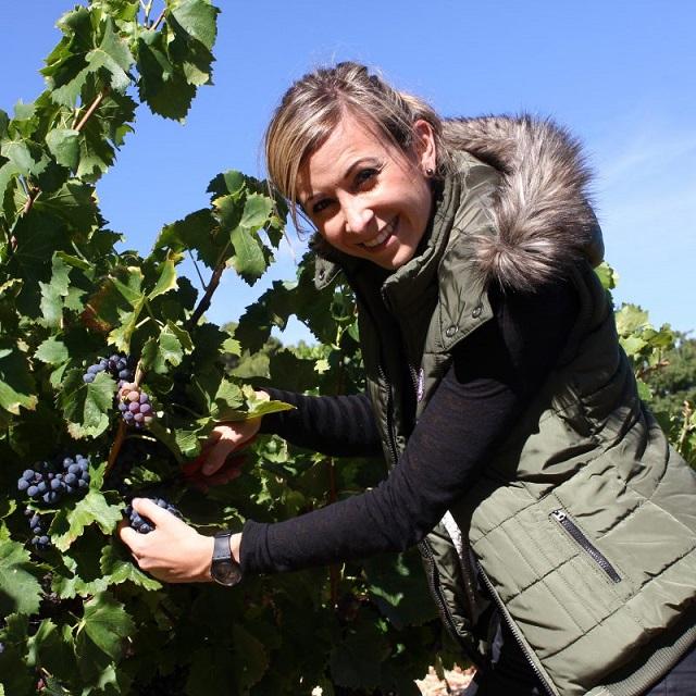 Anaïs Vallot dans les vignes du Domaine Vallot - Le Coriançon