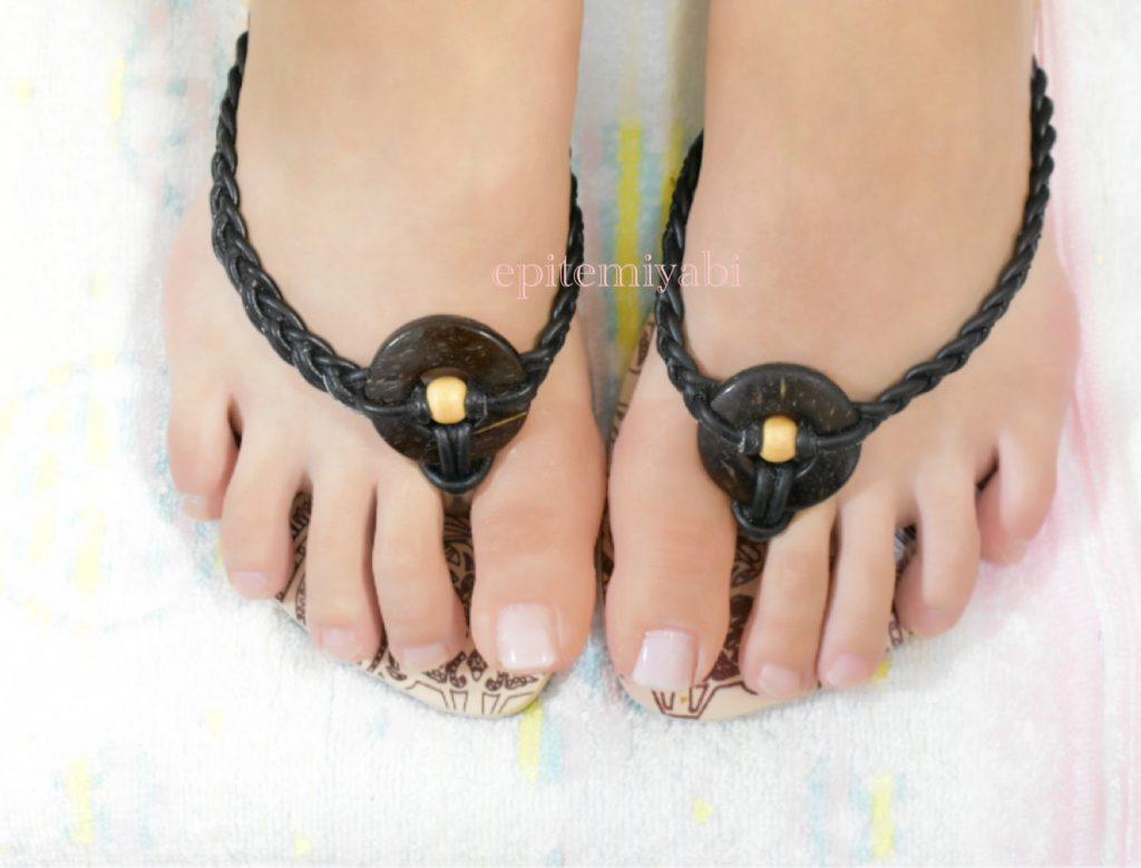 左右足の親指が短指症でエピテみやびでエピテ―ゼを製作しサンダルを履いた時の写真画像