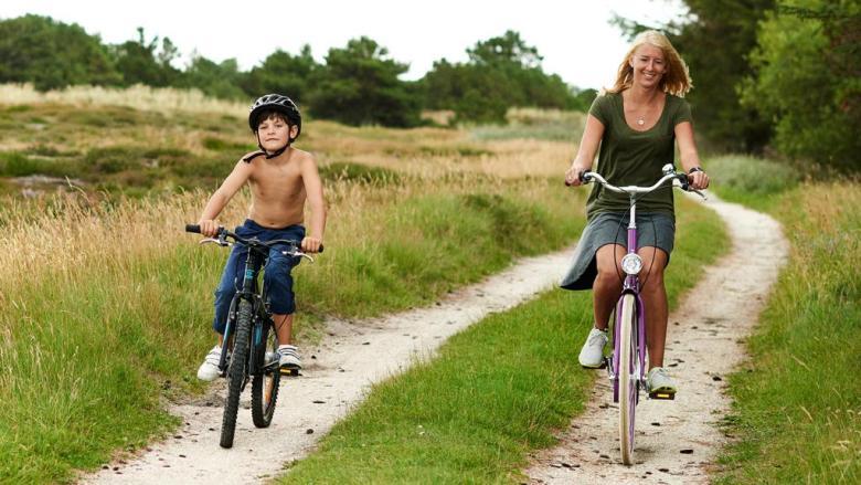 kvinde-og-dreng-paa-cykel