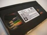 Boîte à crayons avec une cassette VHS