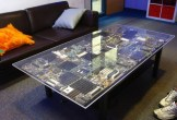 Table avec des cartes mères et autres circuits imprimés recyclés