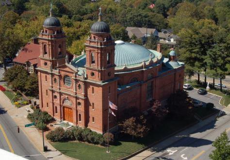 Guastavino está enterrado en la cripta de la Basílica de San Lorenzo, Asheville, que diseñó en 1905.