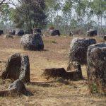 Záhada z Laosu: K čemu sloužily tisíce obřích kamenných džbánů?