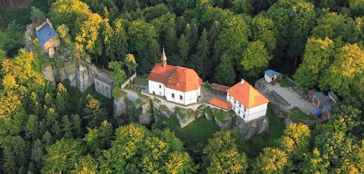 Skalní pevnost Valdštejnů stráží přízraky loupežných rytířů