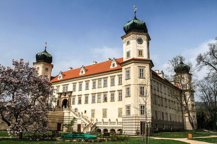 Zámek v Mníšku pod Brdy: Mystérium chybějící věže