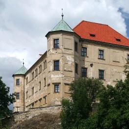 Tajuplný zámek Vinařice a vznik kostela v Sýčině