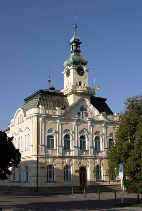 Čelákovická radnice. Město se proslavilo nálezem pozoruhodných ostatků.