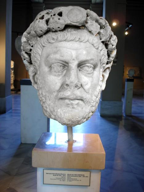 Římský císař Dioklecián sice svým výnosem zmrazuje ceny, ale inflaci tím stejně nesníží.