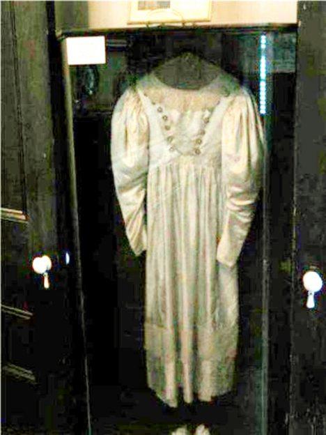 šaty Anny Baker