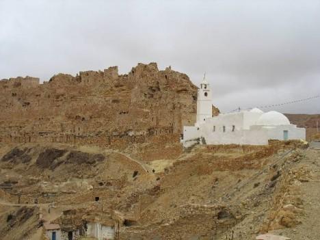 Když do Chenini přijdete, nejde si nevšimnout zářivě bílé mešity, která zde byla postavena ve 12. století.