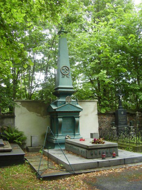 Pomník horníkùm zemøelým pøi požáru v dolech na pøíbramském høbitovì