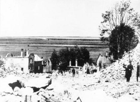 Všechny domy v Lidicích, včetně školy, kostela a fary polili vojáci benzinem a podpálili.