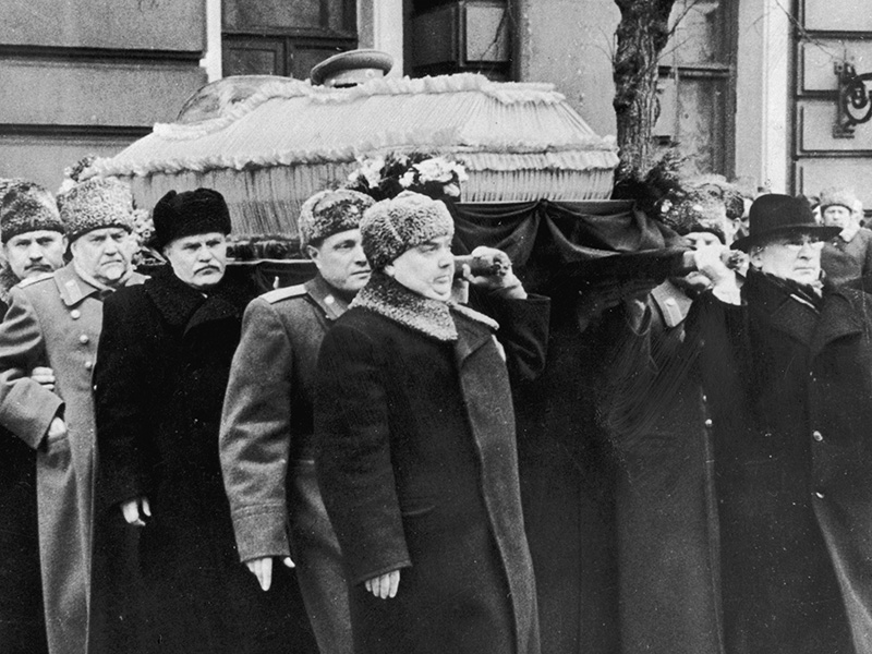 March 1953: The coffin of Soviet political leader Joseph Stalin (1879 - 1953) is carried by (right to left) Lavrenti Beria (1938 - 1953), Premier Georgi Malenkov (1902 - 1988), General Vassily Stalin, Vyacheslav Molotov (1890 - 1986), Marshal Nikolai Bulganin (1995 - 1975), Lazar Kaganovich (1893 - 1991) and N Shvernik from the House of Trade Unions, Moscow, Soviet Union. (Photo by Hulton Archive/Getty Images)
