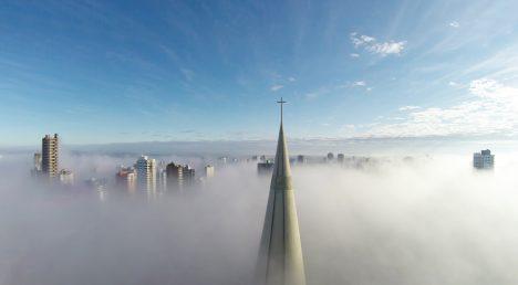 Snímek nazvaný Above the Mist čili Nad mlhou vyhrál loni hlavní cenu. Pilotovi dronu se podařilo vyfotit špičku věže katedrály Maringa vbrazilském městě Paraná, jak vykukuje spolu sdalšími budovami nad nízkým oparem.