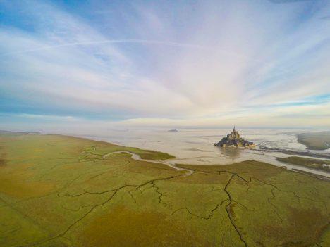 Ostrov Mont Saint Michel ve francouzské Normandii má rozlohu necelý kilometr čtvereční ažije na něm pouze 41obyvatel. Přesto jde po Paříži odruhé nejnavštěvovanější místo ve Francii, tento epický snímek však jeho popularitu určitě ještě zvýšil.
