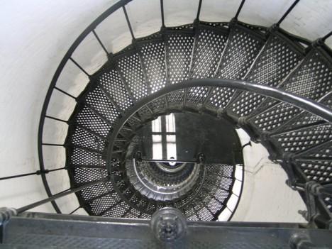 Na schodech do věže bývají slyšet kroky mrtvého správce.