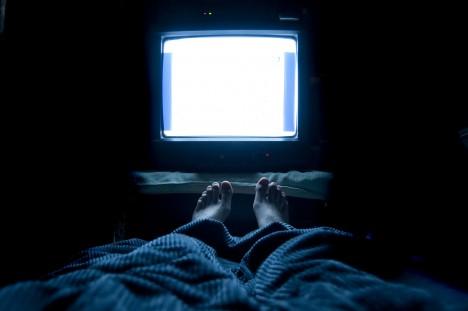1. Technika nám kazí spaní - Studie prokázaly, že modré světlo, které vyzařují zařízení, jako jsou chytré telefony, tablety a laptopy, mohou v noci potlačit uvolňování melatoninu v těle. Tento hormon říká tělu, kdy je čas jít spát. Nedostatek spánku pak má na mozek řadu negativních dopadů. Patří mezi ně snížená soustředěnost či problémy s pamětí.