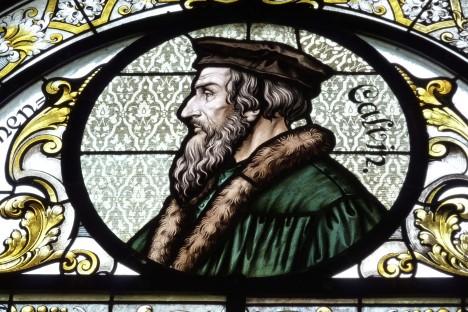 Vitráž z evangelického kostela v německém Hockenheimu. V dospělosti se Kalvín stává náboženským reformátorem.