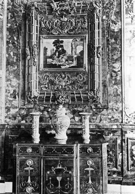 The Amber Room was last redesigned in 1770 when, on the order of Catherine the Great, the room's decoration was altered. The room was restored five times. There were plans to restore it again in 1941. Photo: a reproduction of a pre-war photo of the Amber Room.