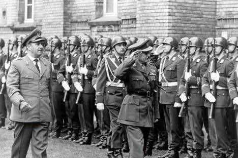 Fram till ar 1955 hade Västtyskland inte nagon staende armé – den före detta nazistofficeren Albert Schnez grundade därför en hemlig styrka, som skulle strida mot Sovjetunionen. Do roku 1955, West Germany, nestojí armáda - bývalý nacistický dùstojník Albert Schnez založena, a proto, tajnou sílu, která by byl v rozporu se Sovìtským svazem.