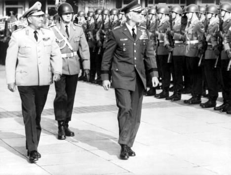 General Albert Schnez (l., mit dem damaligen Stabschef der US-Army, General William C. Westmoreland) beim Abschreiten einer Ehrenformation der Bundeswehr 1961. Schnez (1911?2007) baute nach dem Zweiten Weltkrieg ein Netzwerk ehemaliger Wehrmachts- und Waffen-SS-Offiziere auf, die im Verteidigungsfall als Kader dienen sollten