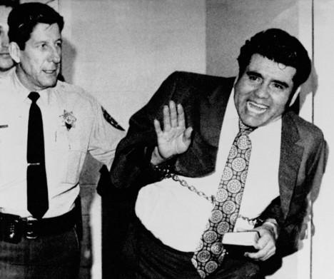 Juan Corona byl dopaden na základě stvrzenky v jednom z hrobů.