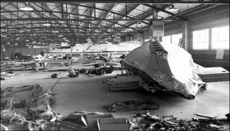 Trosky letadla Douglas DC-6B byly pečlivě srovnány ve skladu v Denveru.