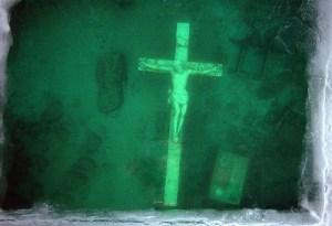 Na dne jezera Michigan spočívá obrovský mramorový krucifix!