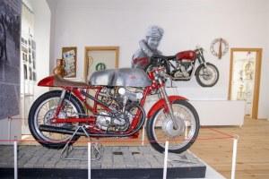 Nesmrtelný dvoutakt na závodních okruzích: Výstava motocyklů v Hořicích
