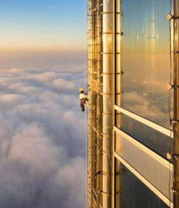 Nejznepokojivější práce? Mimo jiné i umývač oken na nejvyšší budově světa