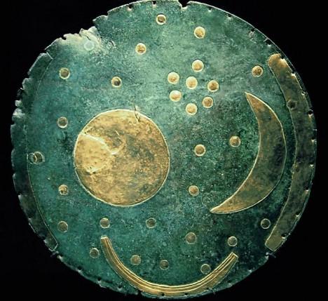 Astronomický disk z Nebry poměrně přesně zachycuje rozložení viditelných hvězd Plejád.