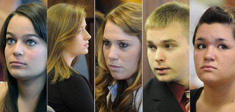 Pětice obviněných před soudem. Zachrání je jejich nízký věk.
