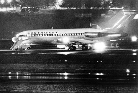 Unesené Northwest Airlines jetliner 727 sedí na dráze, při čerpání pohonných hmot na mezinárodním letišti Tacoma dne 25. listopadu 1971.