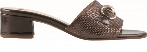 Chůze v klasických nazouvacích sandálech není tak úplně jednoduchá.
