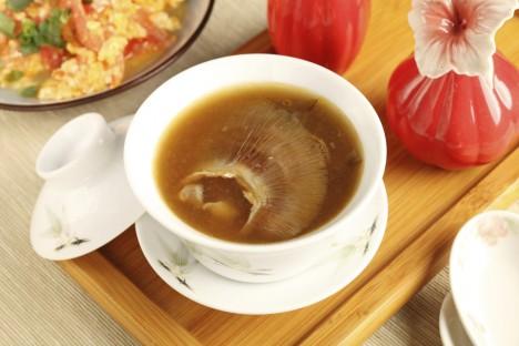 Polévka z ploutví žraloka nijak vábně nevypadá.