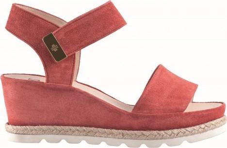 Sandály na klínku nabízejí maximální komfort.