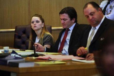 Rachel Wadeová u soudu (vlevo).