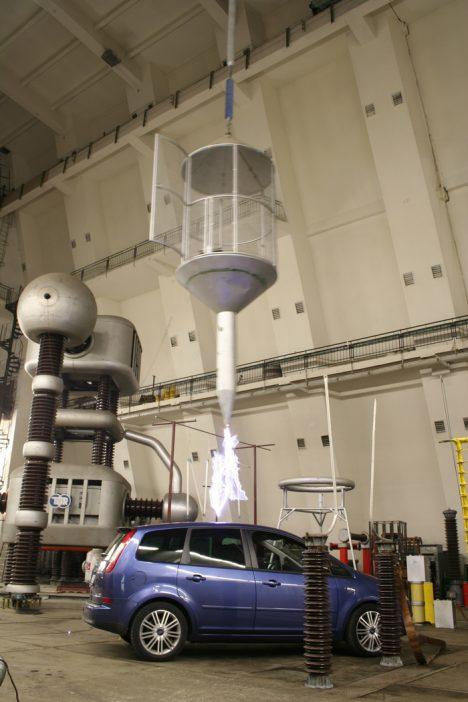 4_Výboj 300 kV do automobilu