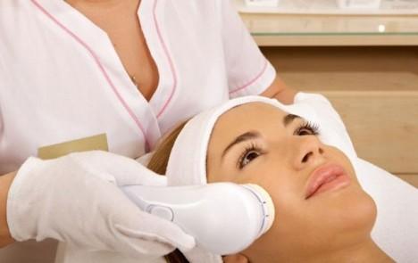Když už si sama nevíte rady, poradí vám odborník. Navštivte nejbližšího dermatologa, možností, jak se zbavit akné je hned celá řada.