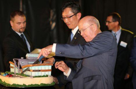 Rolf Lauret krájí slavnostní dort při letošním květnovém otevření zrekonstruovaného showroomu Hyundai. I Hyundai patří do skupiny Auto Palace.
