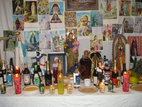 Na voodoo oltářích dnes najdete křesťanské symboly. I díky Laveau.