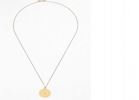 Zlatý šperk vypadá dobře v kombinaci s kůží či zemitými barvami.
