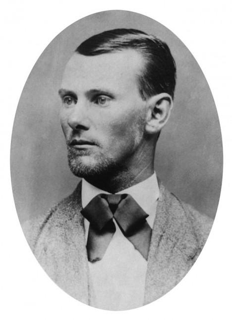Jesse James má ruce ušpiněné krví, ale přesto se stane idolem.