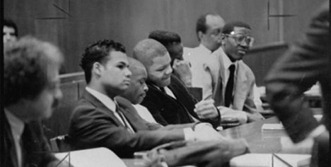 Čtveřice obžalovaných mladíků před soudem.