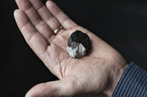 Na místě se našel malý neznámý kámen.