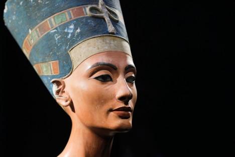 Nefertiti žila ve 14. století před naším letopočtem. Byla hlavní manželkou krále Achnatona. Její busta byla objevena v roce 1912.