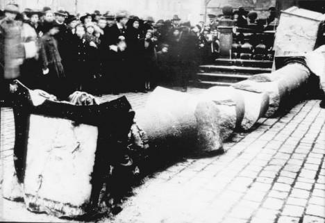 Akce zbourání sloupu 3. listopadu 1918 je předem pečlivě naplánovaná.