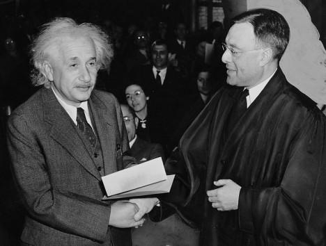 Albert Einstein dostává od soudce Philippa Formana americké občanství. V Americe si najde osudovou milenku.